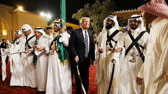 کلاه گشادی که سعودی ها سر ترامپ و خانواده اش گذاشتند
