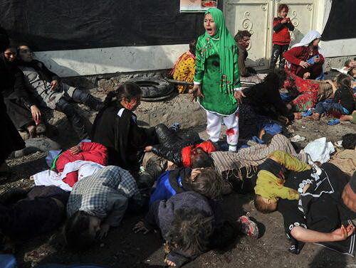 فریاد دختر افغانستانی در میان اجساد خانواده + عکس