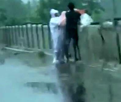 پرتاب اجساد کرونایی ها از پل به رودخانه! / عکس