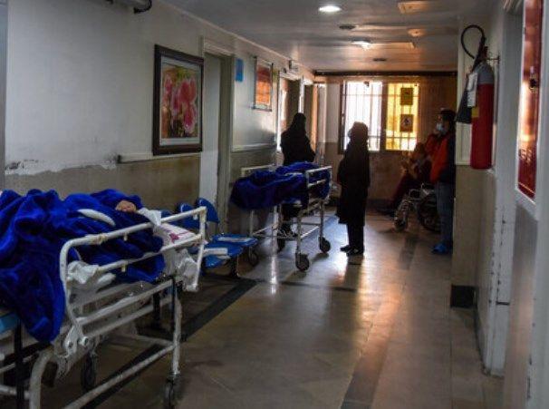 بستری بیماران کرونایی در راهروهای بیمارستان + عکس