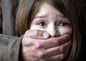 تصاویر تکان دهنده از آموزش مصرف مواد مخدر به کودک خردسال + فیلم