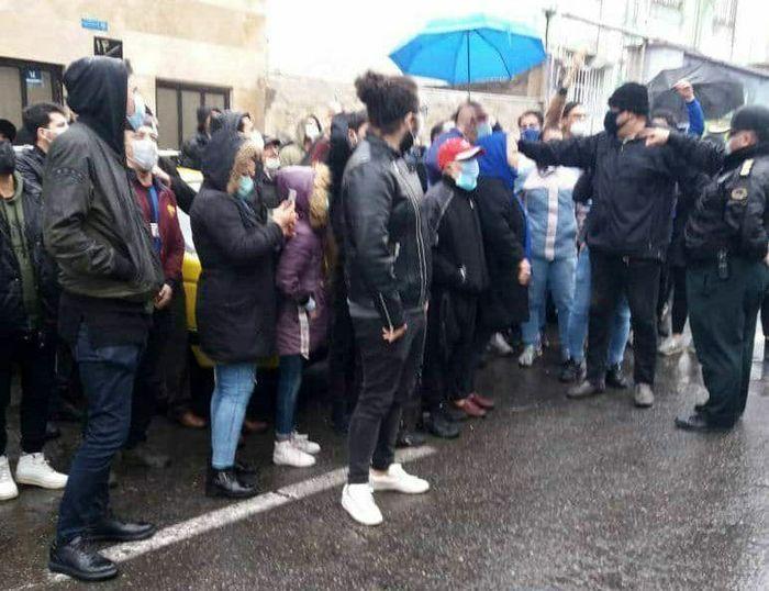 تجمع اعتراضی هواداران مقابل باشگاه استقلال
